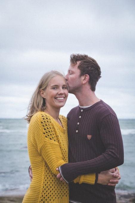 Portreesessioon paarile looduses mererannas