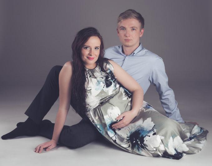 Paar istumas stuudio põrandal