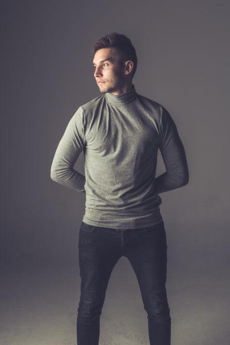 Pulloveriga mees stuudios