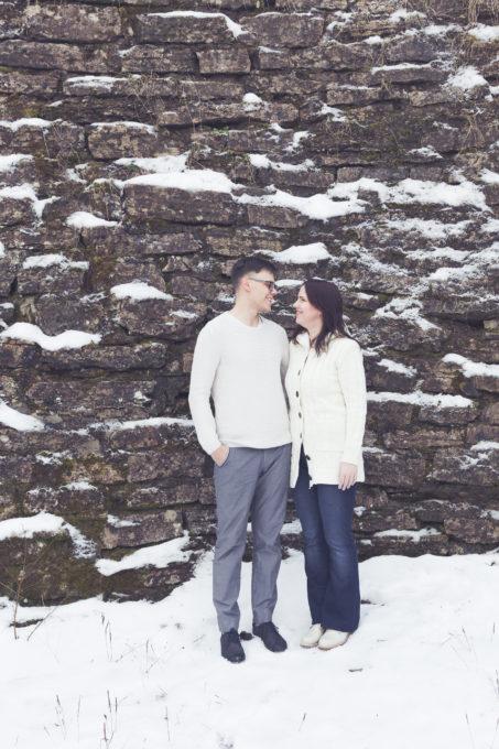 Kahekesi seismas seina ääres talvel