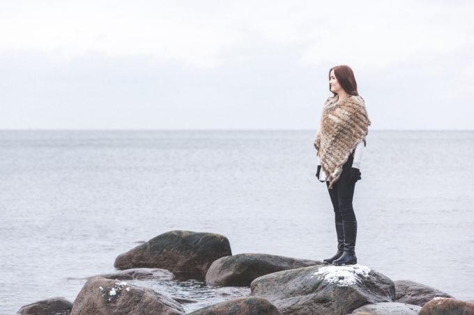 Karusnahaga neiu mere ääres
