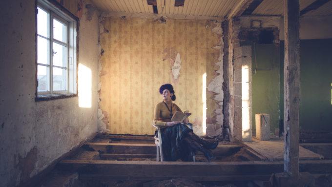 Naise portreepildid vanas majas