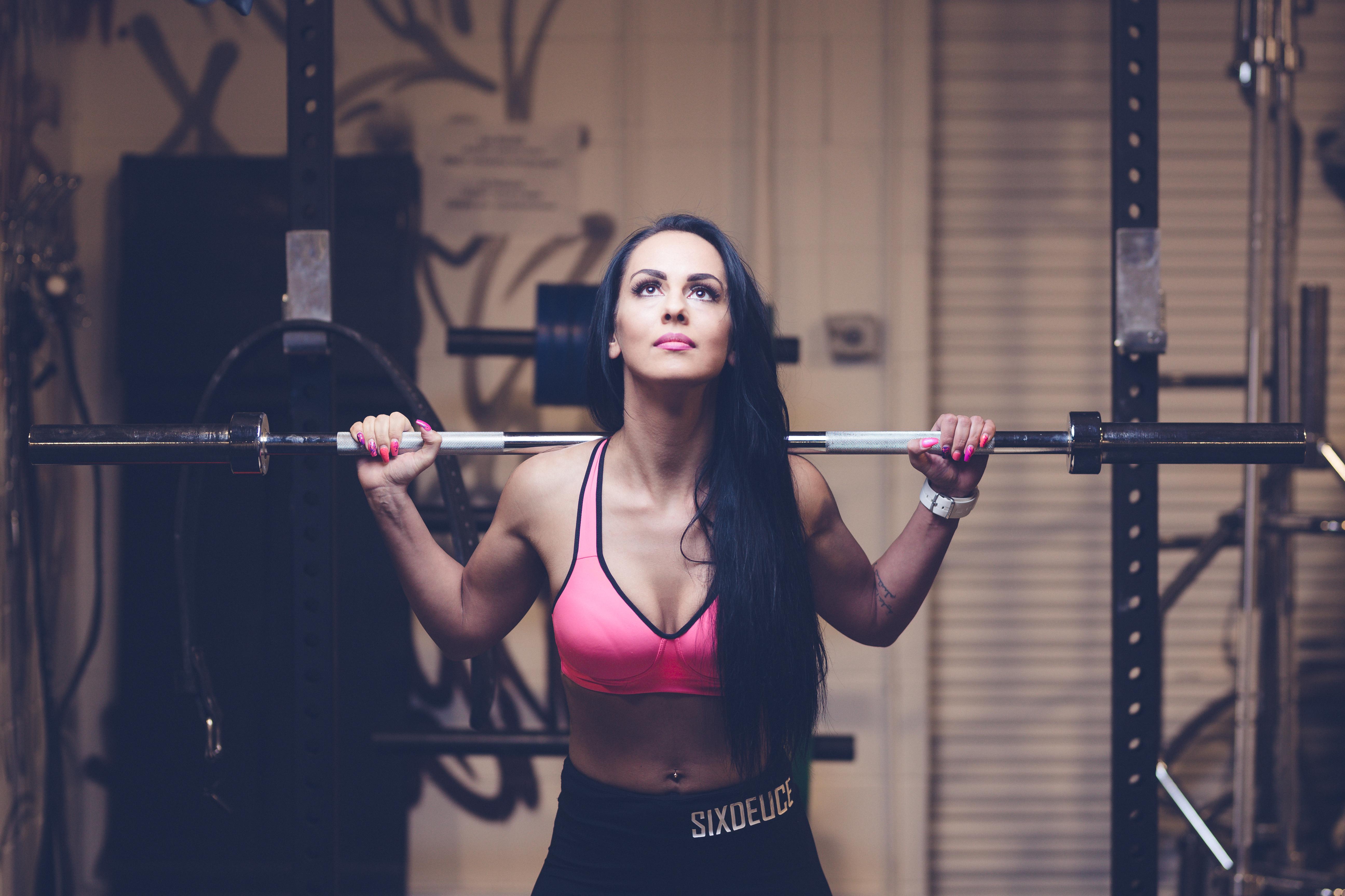 fitness naise pildistamine jõusaalis
