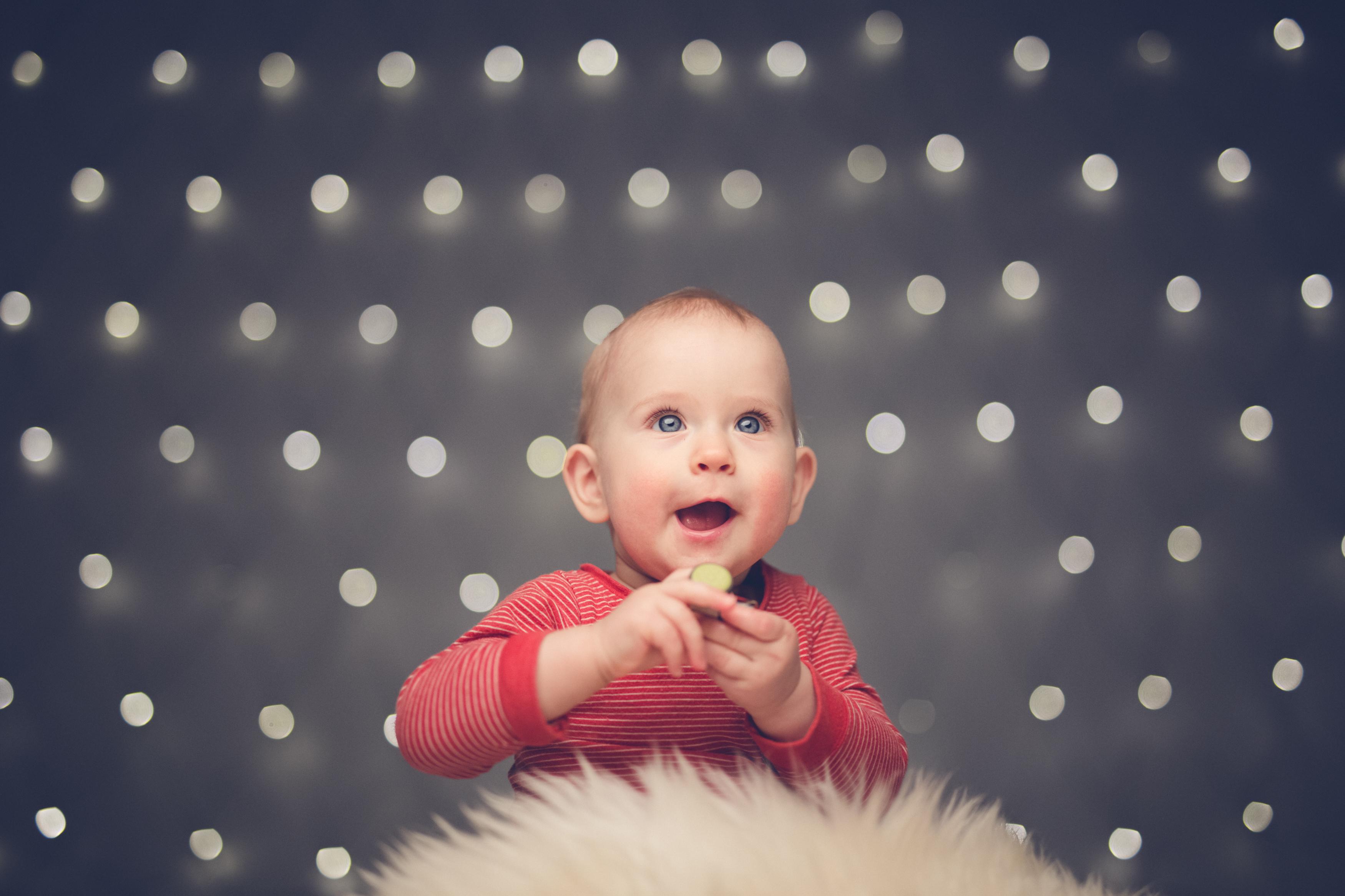 beebi jõulutuledega fotol