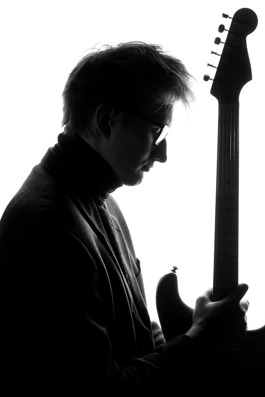 mustvalge pilt muusikust kitarriga