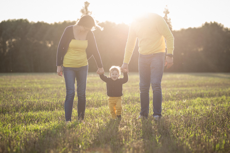 ema, laps ja isa õhtusel põllul