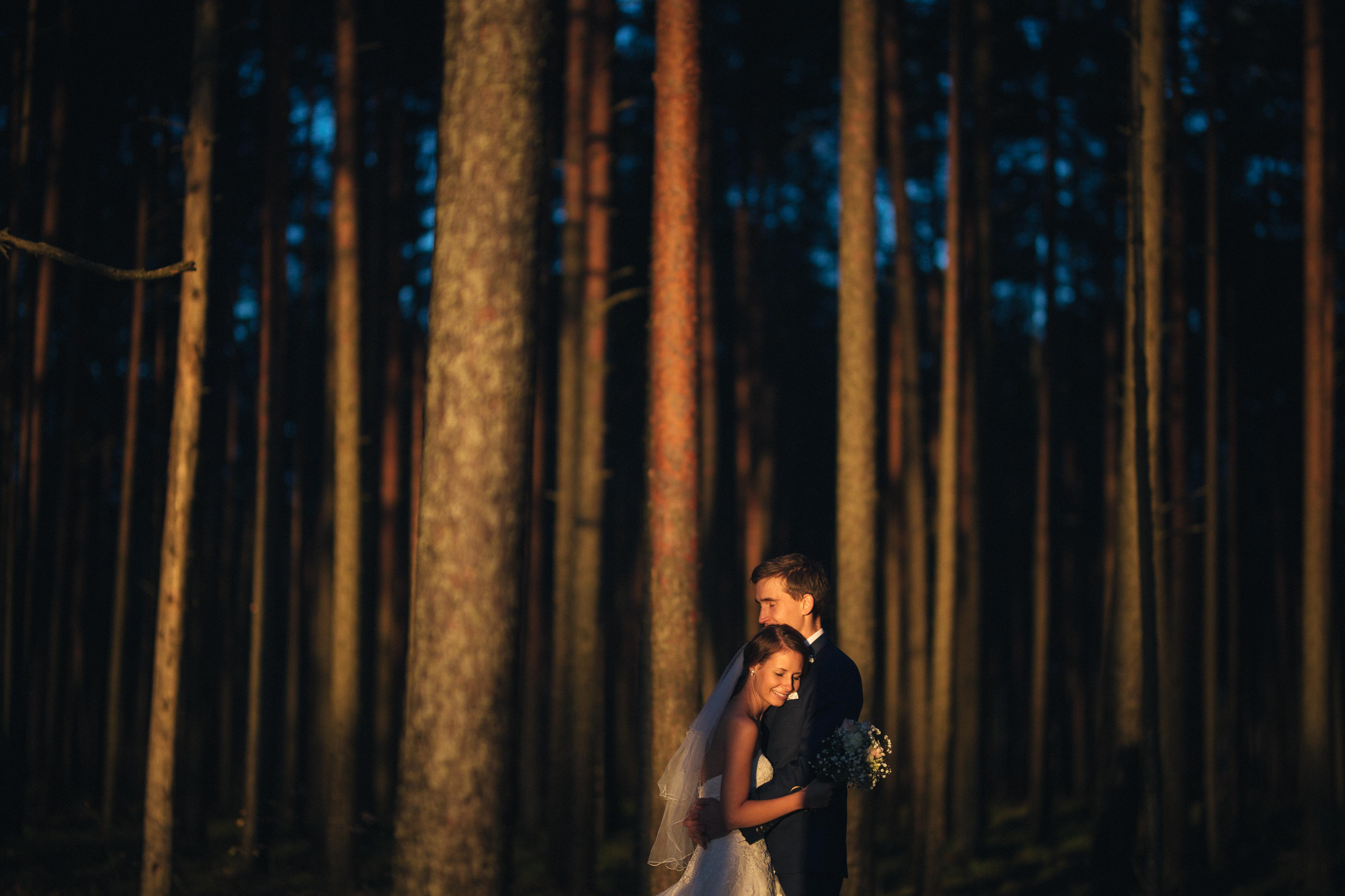 pruutpaari pildistamine looduses