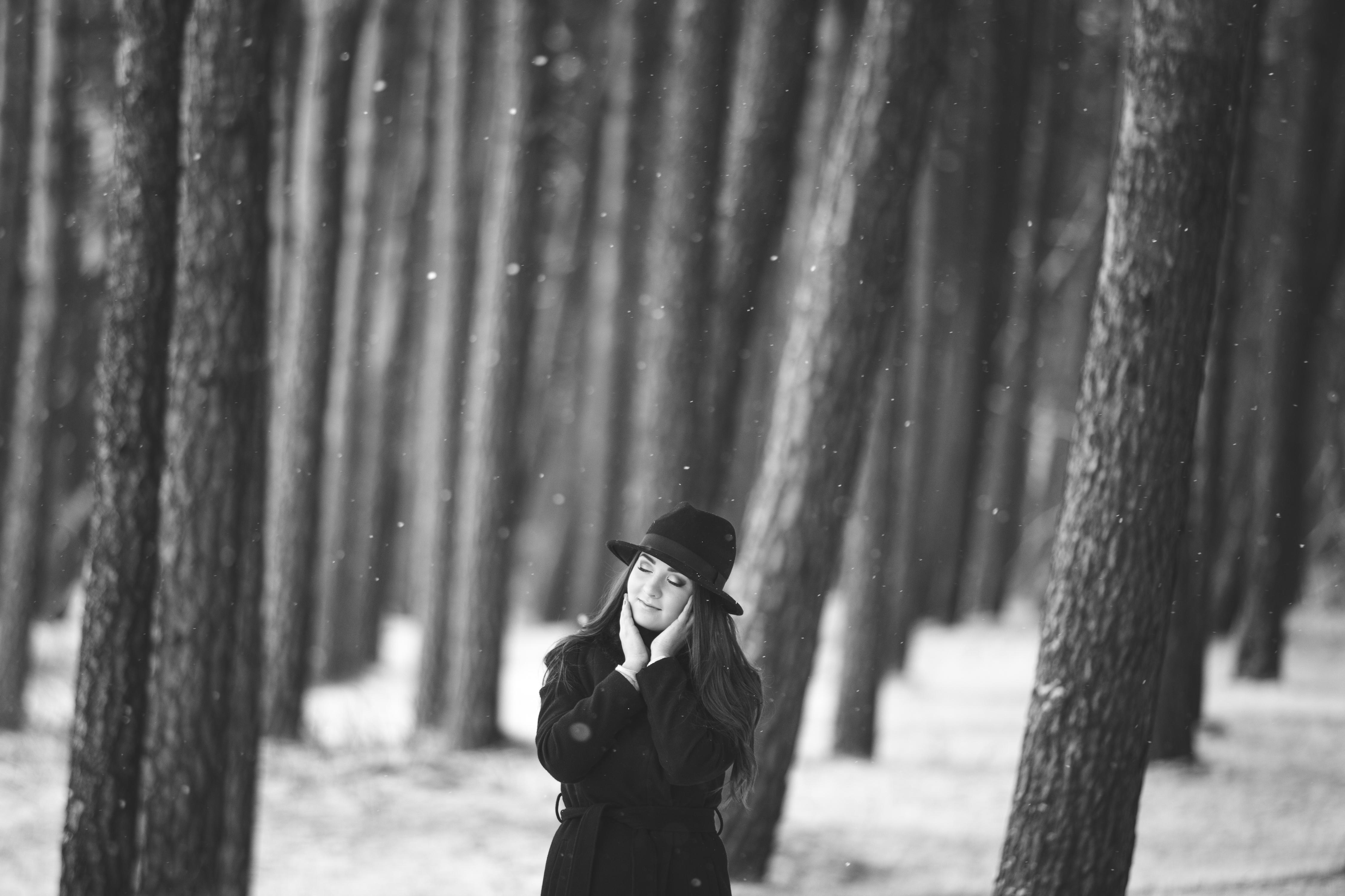 fotosessioon lumesajus talvises metsas