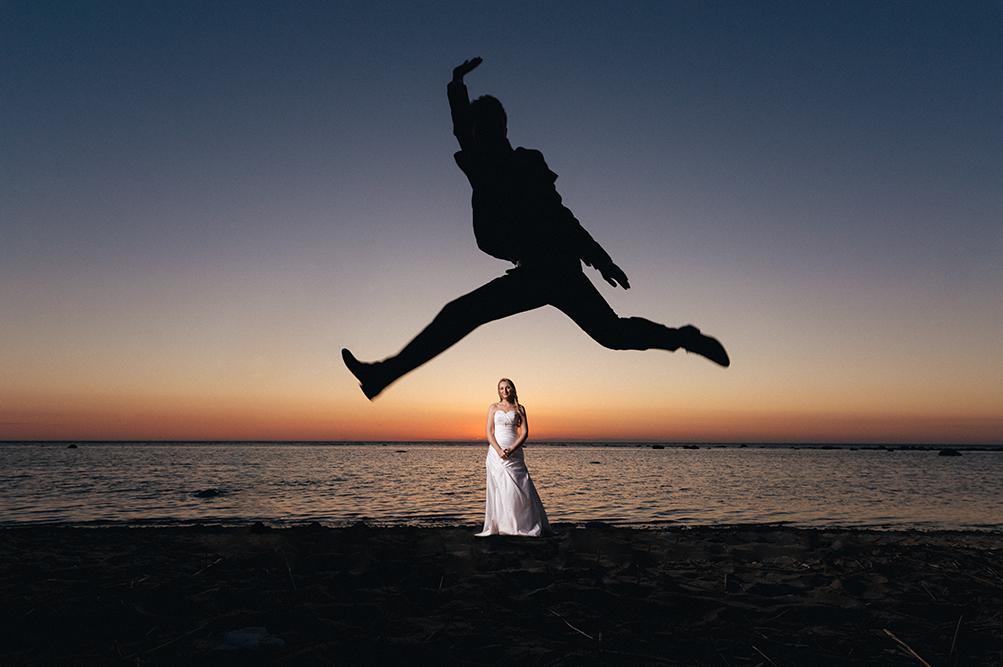 Pruutpaar päikseloojangul Vääna rannas