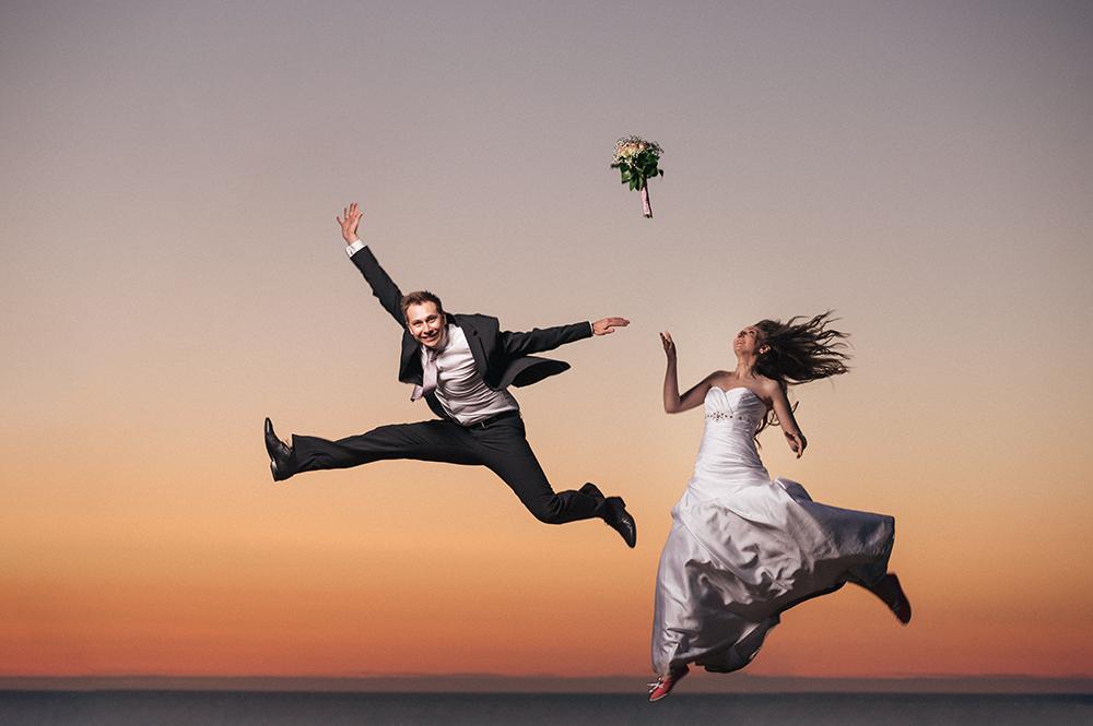 Pruutpaar hüppamas päikseloojangul Türisalu pangal