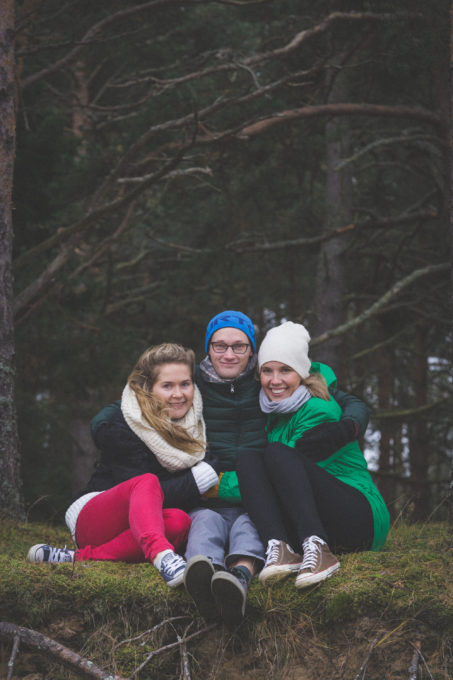Sõbrapildid looduses sügiseses metsas