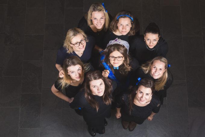 Tüdrukud seismas grupis