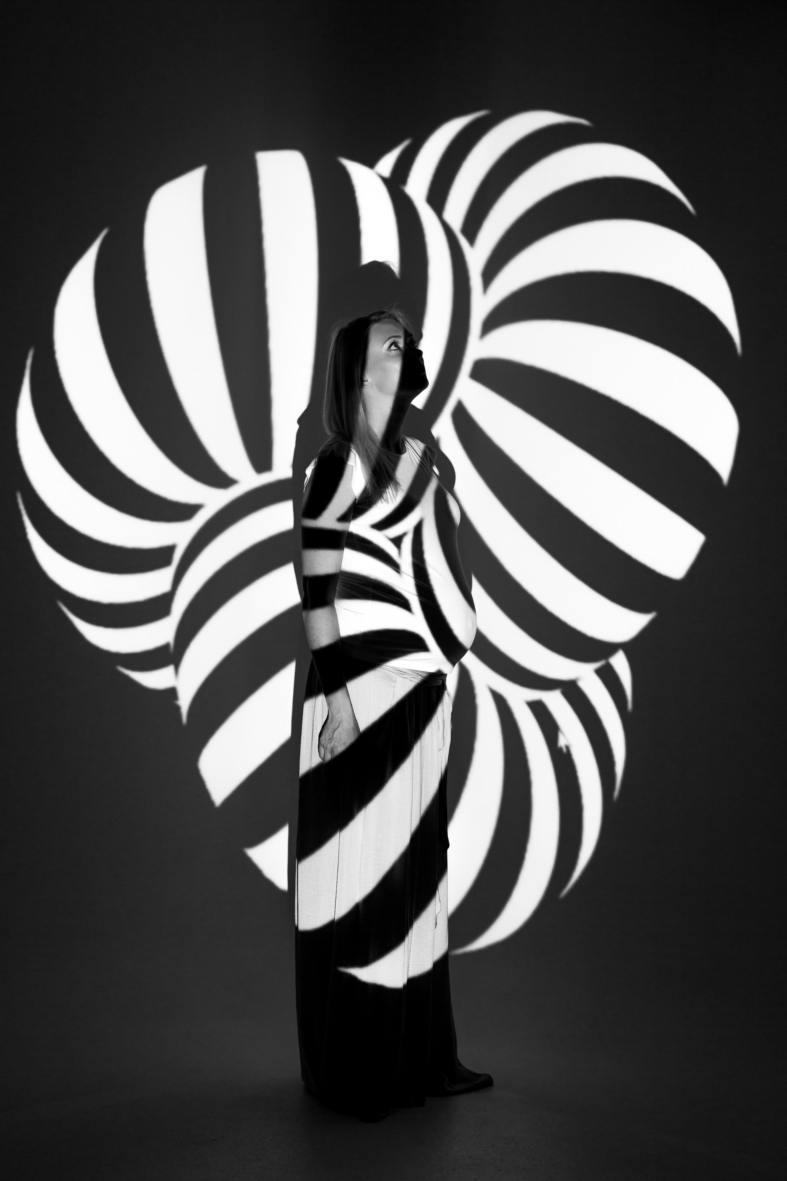 mustvalge valguse-varjudega portree lapseootusest