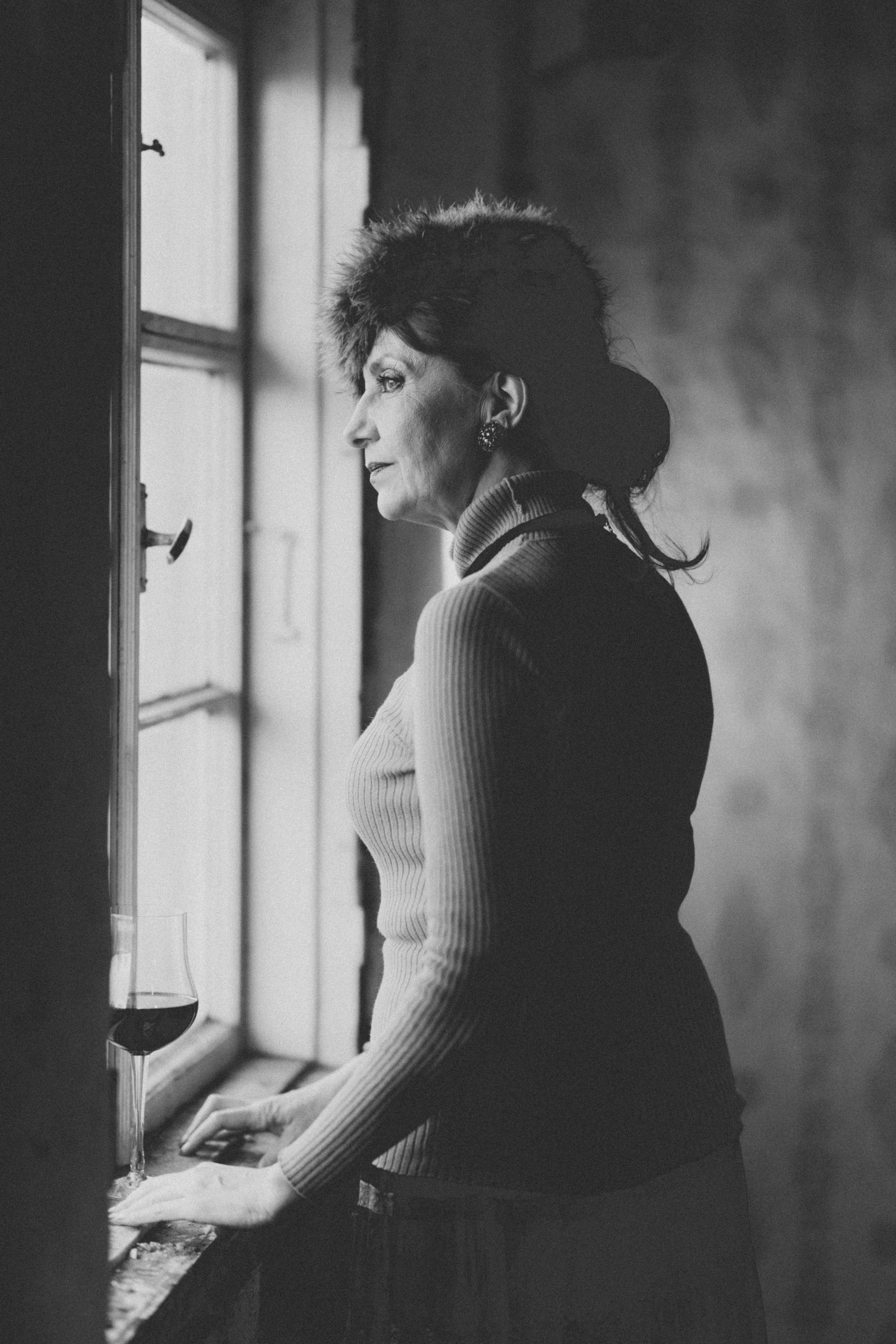mustvalge portree foto naisest