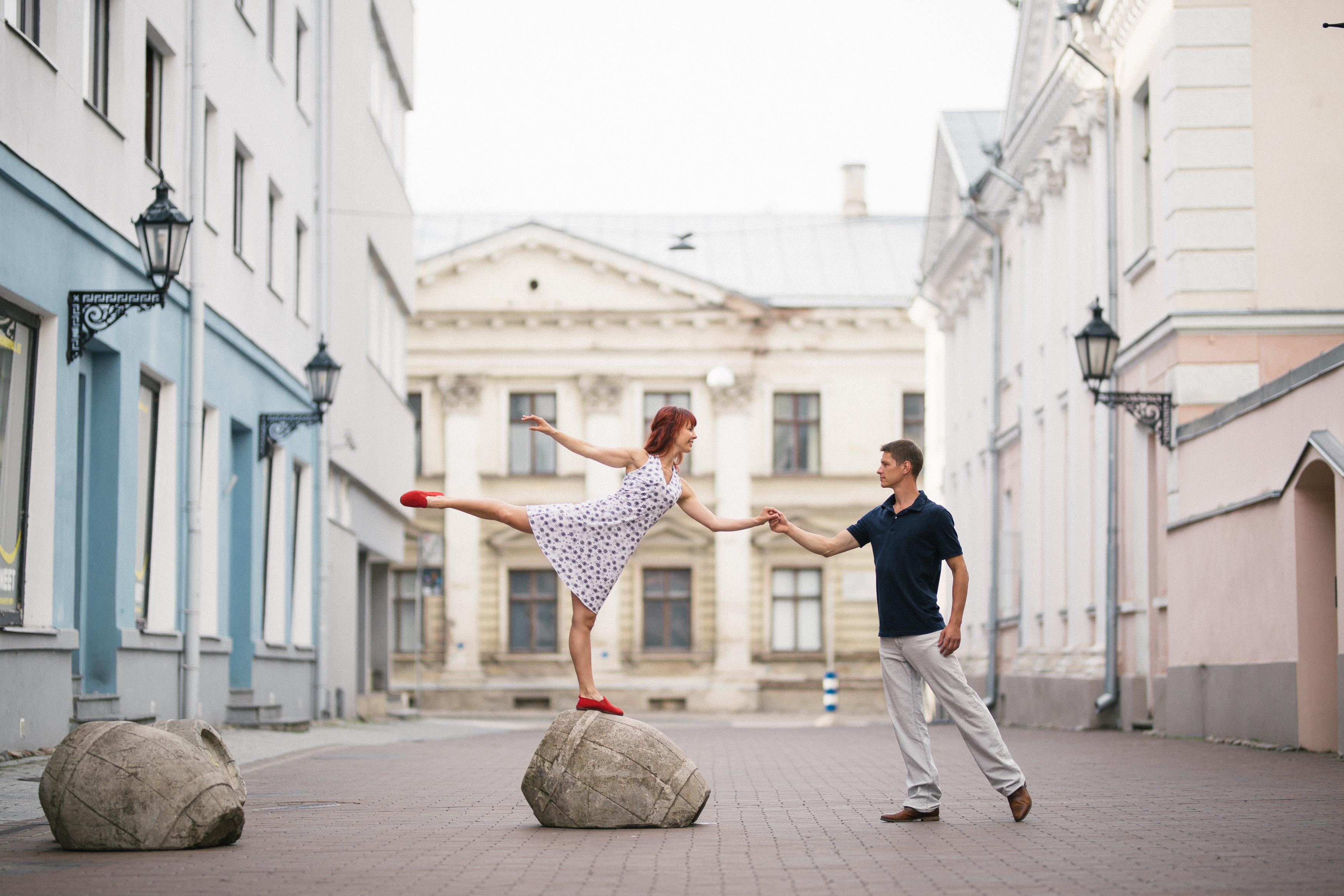 Rüütli tänaval tantsiv paar