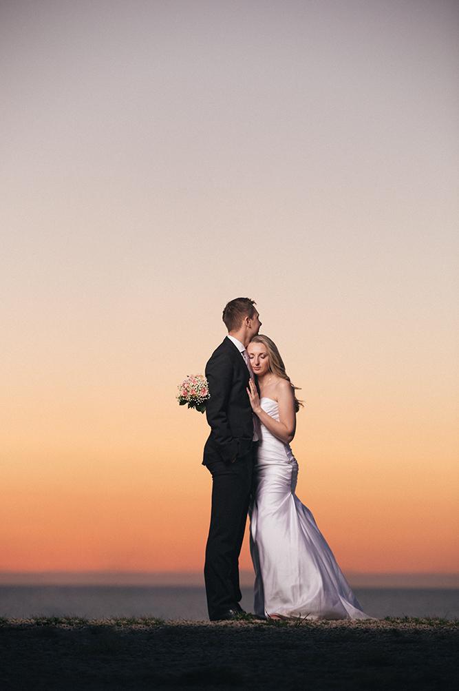 Pruutpaar seismas päikseloojangul Türisalu pangal