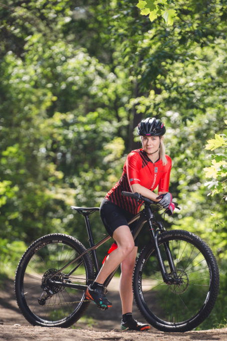 Naine rattaga suvel looduses