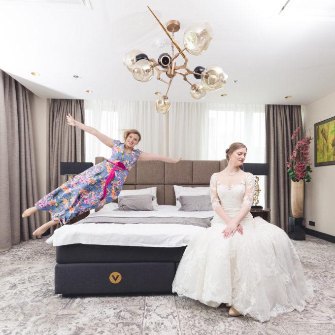 Õdede pulmapäeva fotosessioon hotellitoas