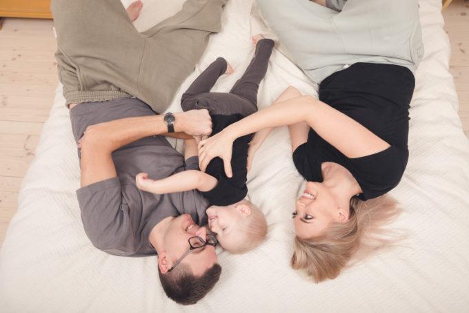 Isa-laps-ema kodus mängimas