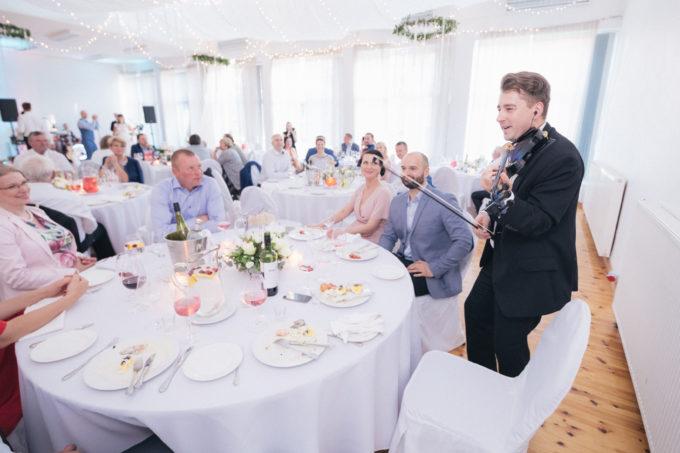 Trio Comodo pulmakülalisi lõbustamas