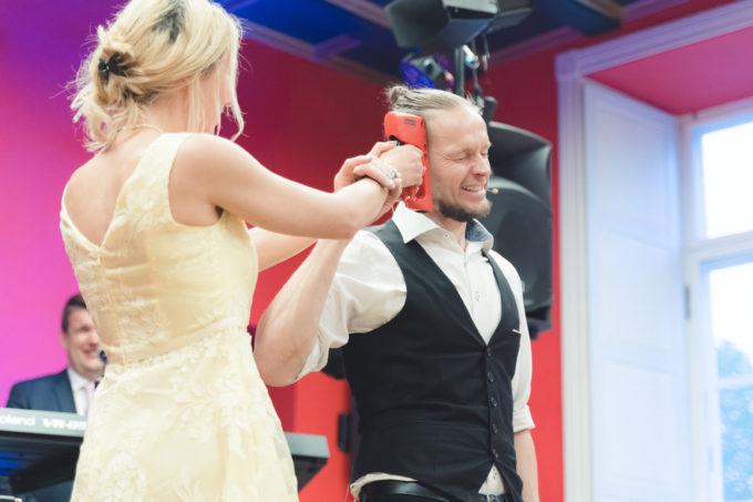 Mustkunstnik Charlekas pulmakülalisi lõbustamas