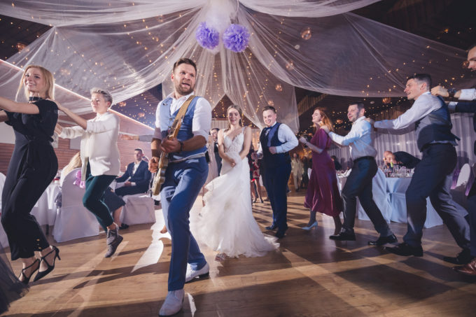 Pruutpaar tantsimas koos ansambliga Sleepwalkers