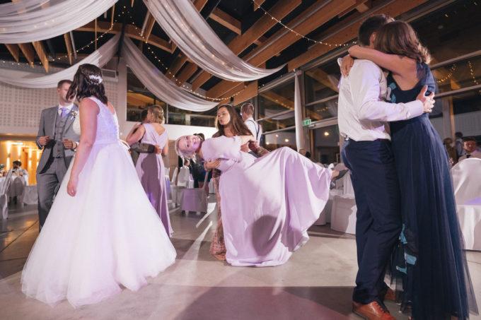 Pruutneitsid pulmapeol tantsimas