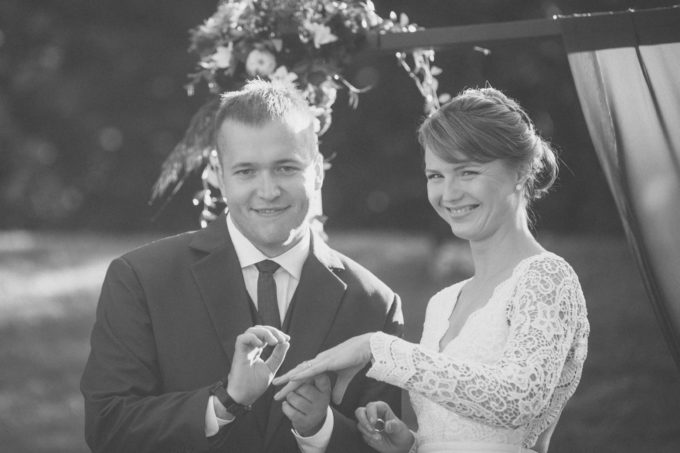 Pruutpaar tseremoonia ajal poseerimas