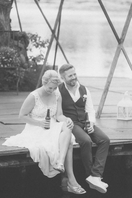 Pruutpaar õlut joomas ja päeva nautimas