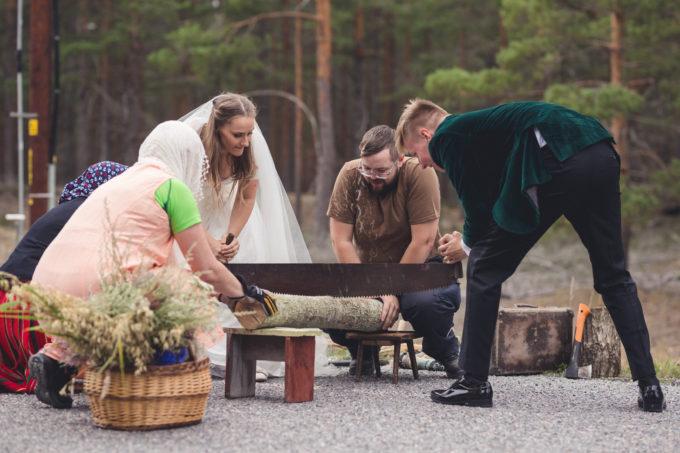 Pruutpaari traditsiooniline pulmamäng Hiiumaal