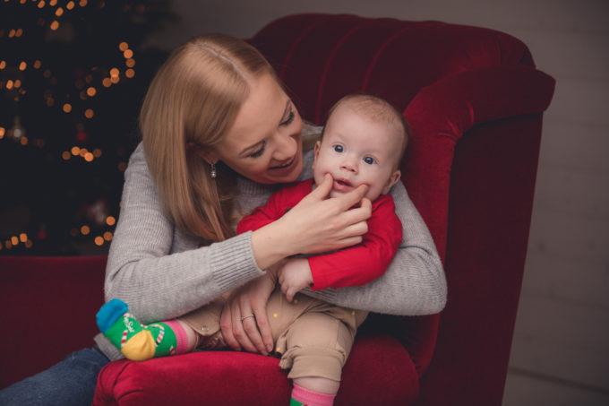 Naine ja laps fotostuudios