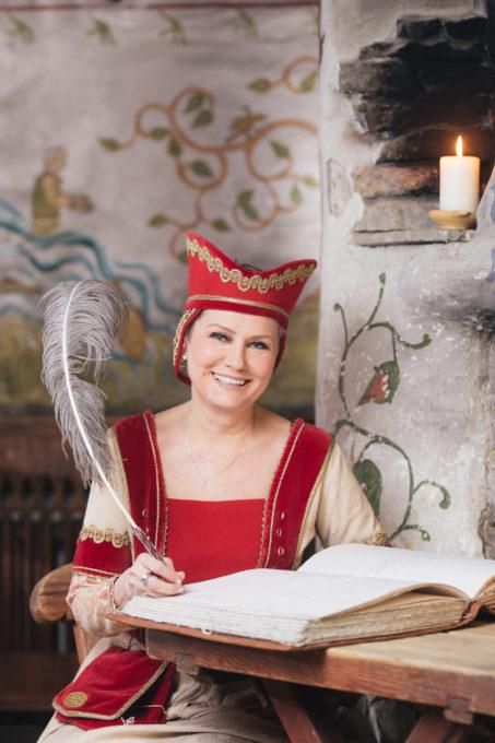 Naine keskaegsetes riietes