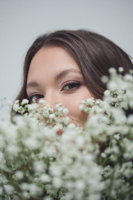 Naine pildistamas fotograafi juures fotostuudios