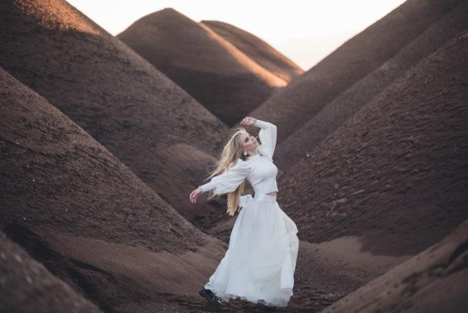 Valges kleidis naise pildistamine looduses