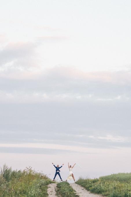 Pruutpaari ilupildid päikseloojangul