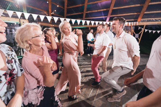 Pulmakülalised tantsimas