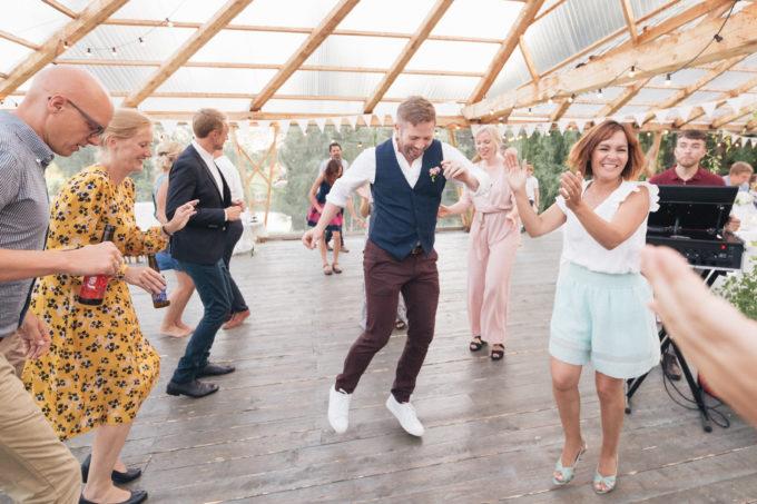 Pulmakülalised pulmapeol tantsimas